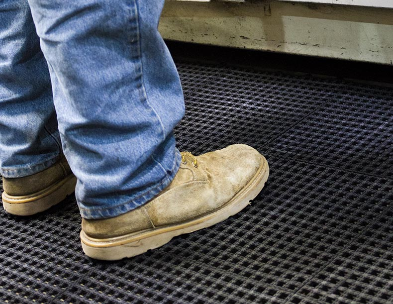 Anti-fatigue floor -mats at a workstation